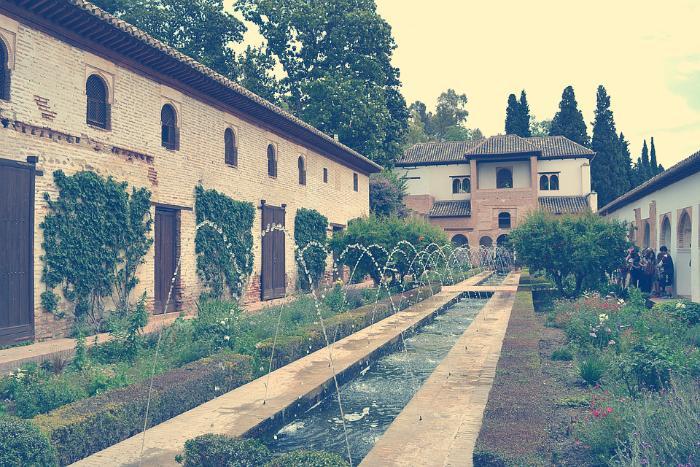 el patio de la acequia del genealife alhambra granada