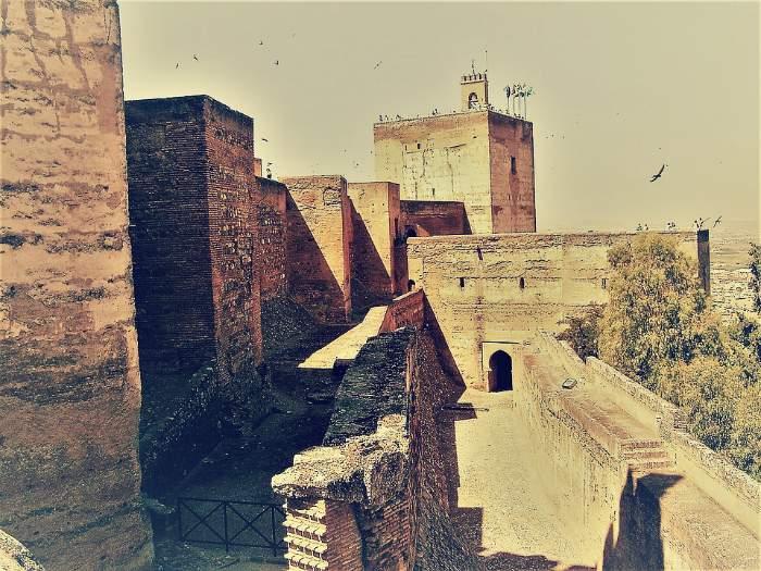 Puerta de las Armas abajo y Torre de la Vela encima. La Alcazaba de la Alhambra