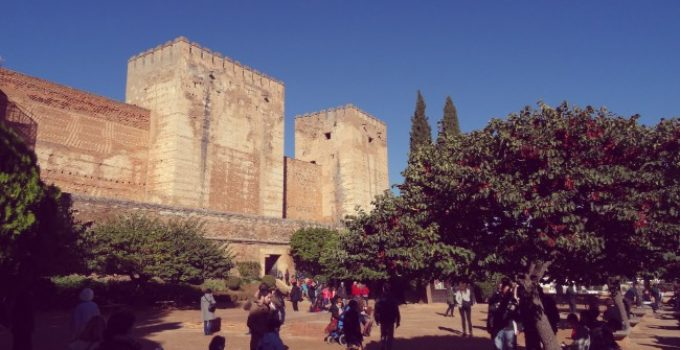 la plaza de los aljibes alhambra granada