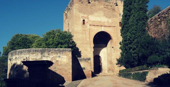 la puerta de la justicia alhambra granada featured