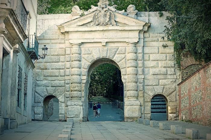 El Bosque de la Alhambra. Puerta de las Granadas desde la Cuesta de Gomérez