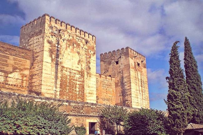 La Torre Quebrada en primer lugar; Torre del Homenaje más allá. Vista desde la Plaza de los Aljibes.