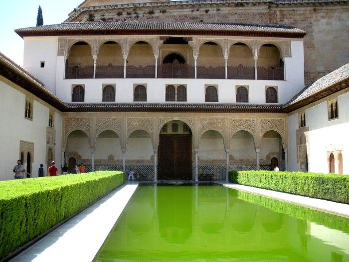 Galería Sur del Patio de los Arrayanes. Arriba, saliente de la cornisa del Palacio de Carlos V