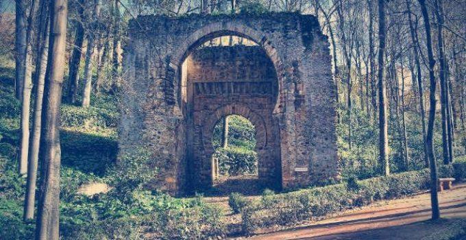 puerta de bib rambla en el bosque de la alhambra granada